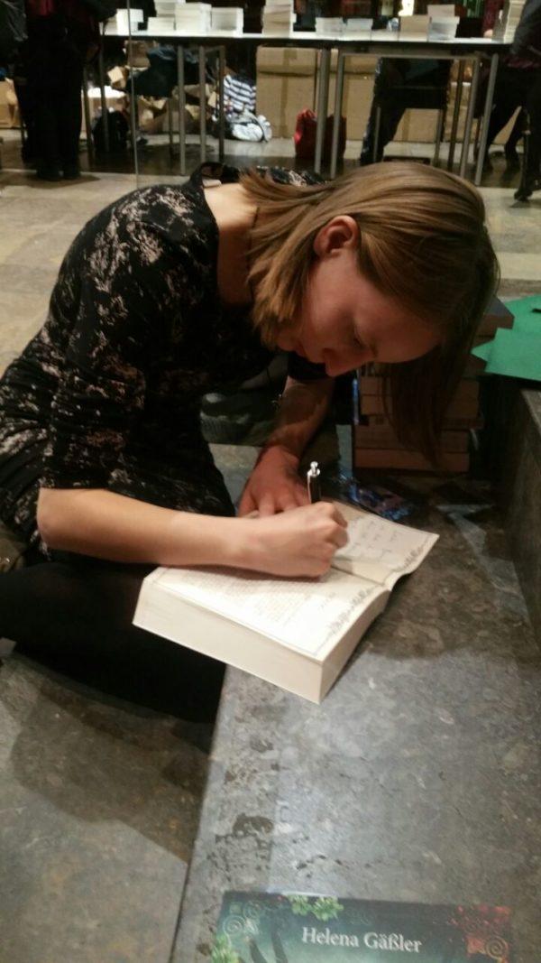 Helena Gäßler beim Signieren