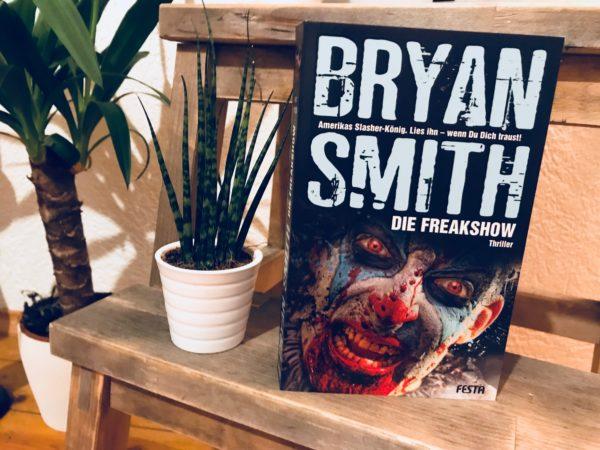"""Cover von """"Die Freakshow"""" neben Pflanzen"""