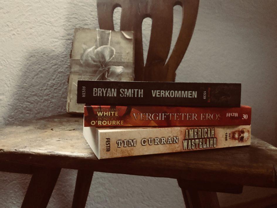 Bücherstapel auf Hocker